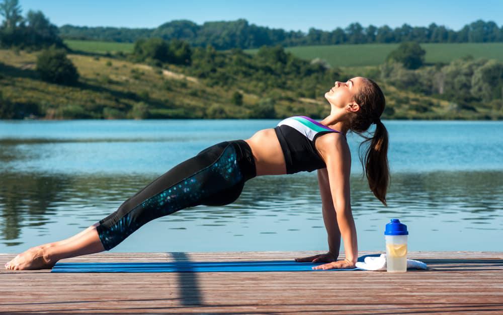 Chica haciendo reverse plank o plancha invertida