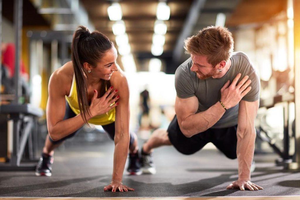 Pareja realizando ejercicios de fuerza