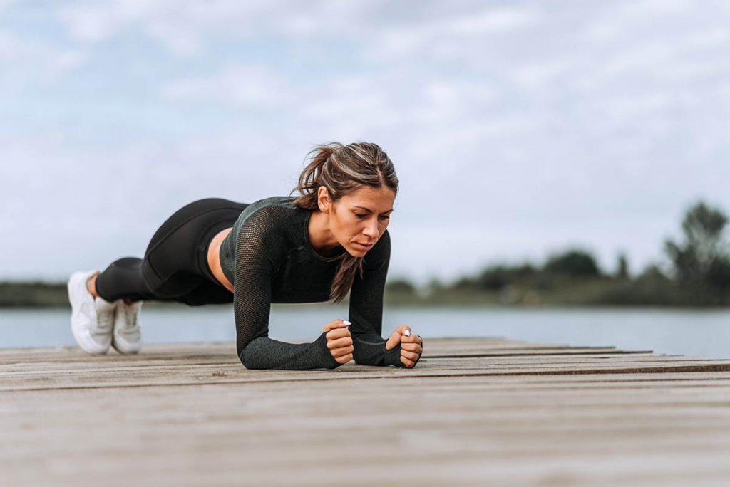 Chica haciendo ejercicios Plank
