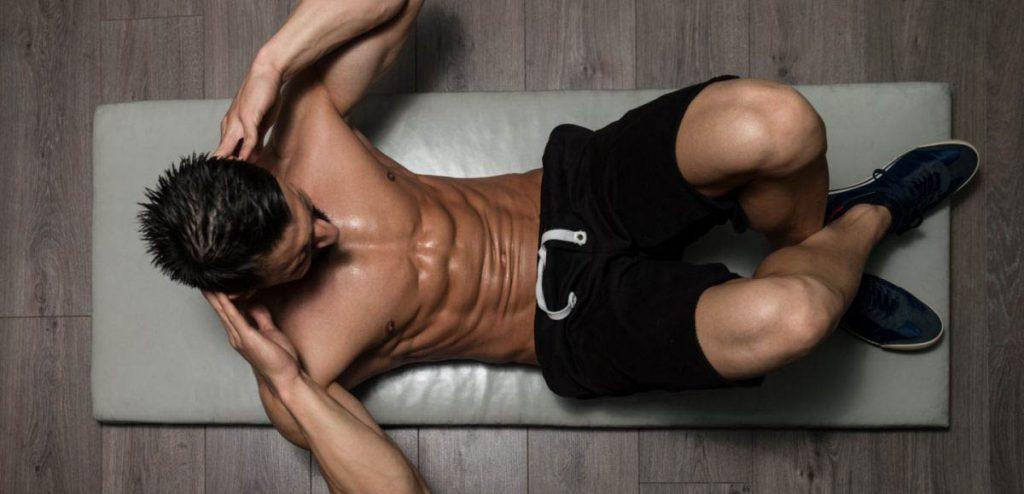Hombre haciendo ejercicios de abdominales