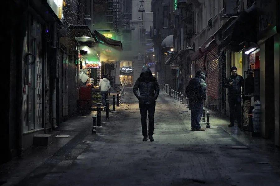Hombre caminando por la ciudad