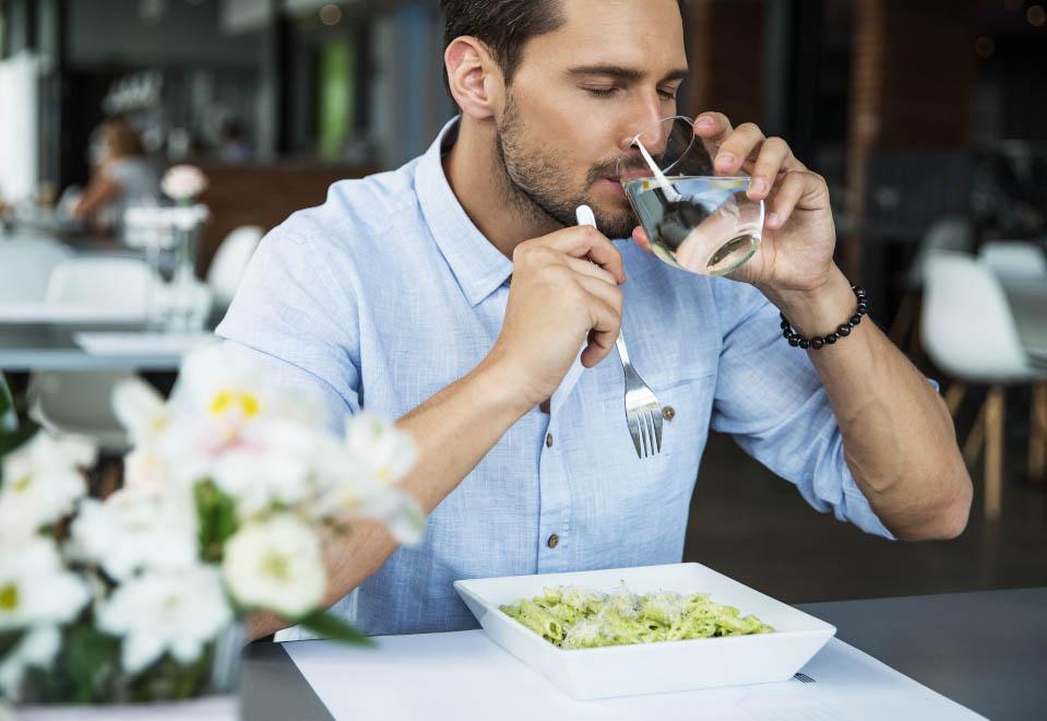 Beber agua en las comidas