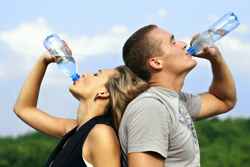 Cantidad de agua diaria  recomendada en hombres y mujeres